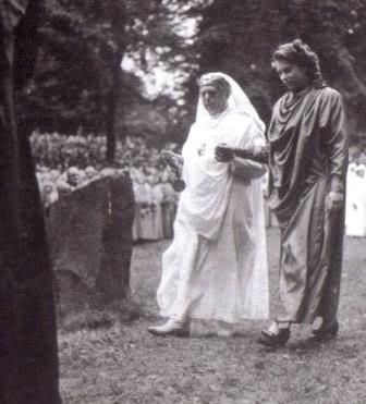 L'image du jour : Quand la reine Élisabeth II se faisait initier chez les druides satanique